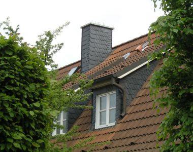 Bild 070 – Spanischer Dachschiefer Schuppendeckung Schornsteinkopf und Gaupe